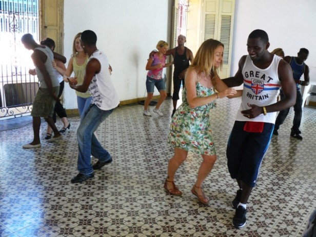 People dancing in a salsa class in Santiago de Cuba