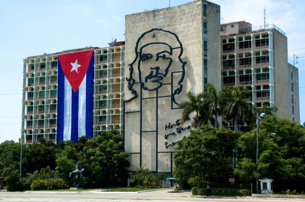 Cuban flag, Che Guevara on concrete building in Havana, Cuba